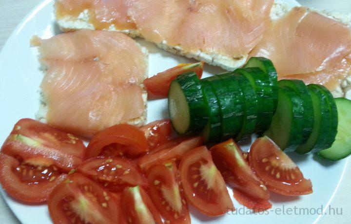 Lusták/elfoglaltak diétás ebédje: füstölt lazacos pufirizs kígyóuborkával