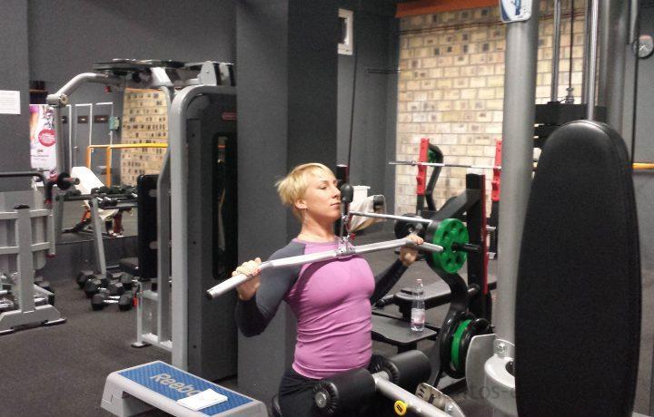 Hát-tricepsz gyakorlatsor edzőtermi gépeken
