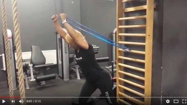 Edzés otthon – Hát-tricepsz gyakorlatok gumiszalaggal